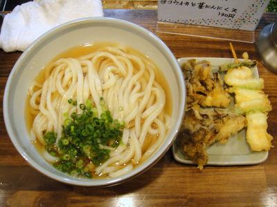 おにやんま@五反田(4)温「大盛」かけ380まいたけ天100コウイカと茎にんにくの天ぷら130.JPG