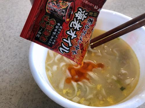 日清食品@大阪府 (17)黄金鶏油鶏白湯うどん+蒙古タンメン中本特製海老オイル.jpg