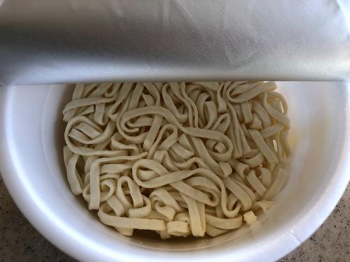 日清食品@大阪府 (8)黄金鶏油鶏白湯うどん+蒙古タンメン中本特製海老オイル.jpg